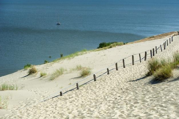 Dune di sabbia sulla penisola dei curi vicino alla città di nida. klaipeda, lituania