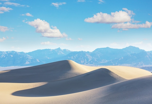 Dune di sabbia nel parco nazionale della valle della morte, california, usa. tonalità corallo vivente.