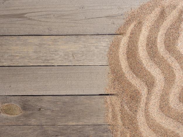 Sabbia su vecchie tavole vista dall'alto copia spazio concetto di vacanza estiva