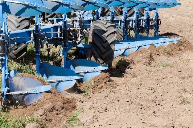 Bordo levigato della lama dell'aratro per la lavorazione del terreno, primo piano