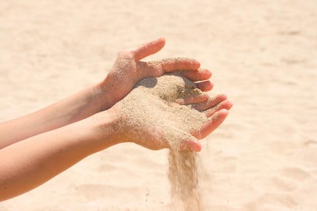Sabbia che scorre tra le mani