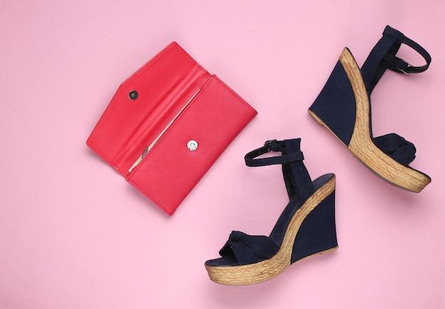 Sandali con plateau, portafoglio in pelle su rosa pastello