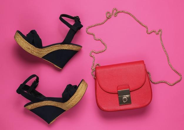 Sandali con plateau, borsa in pelle rossa su rosa