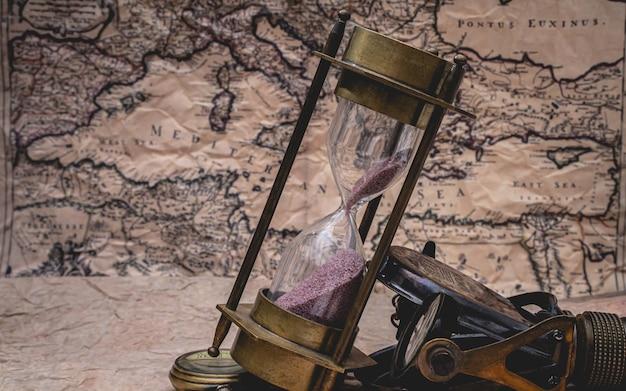 Clessidra sulla mappa del vecchio mondo