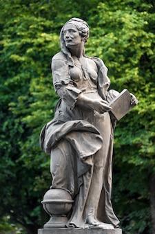 Statue di arenaria nel giardino sassone, varsavia, polonia, realizzate prima del 1745 dallo scultore anonimo di varsavia sotto la direzione di johann georg plersch, statue di muse mitiche greche.
