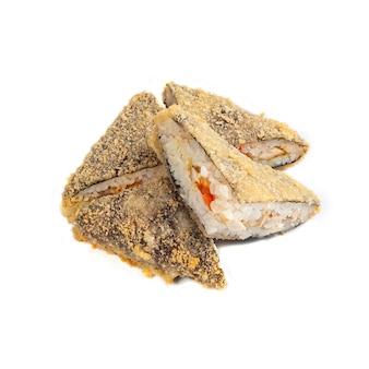 Rotolo di sandwich con pollo affumicato, pomodoro e verdure. fritta. tagliare a pezzi. avvicinamento. sfondo bianco. isolato.