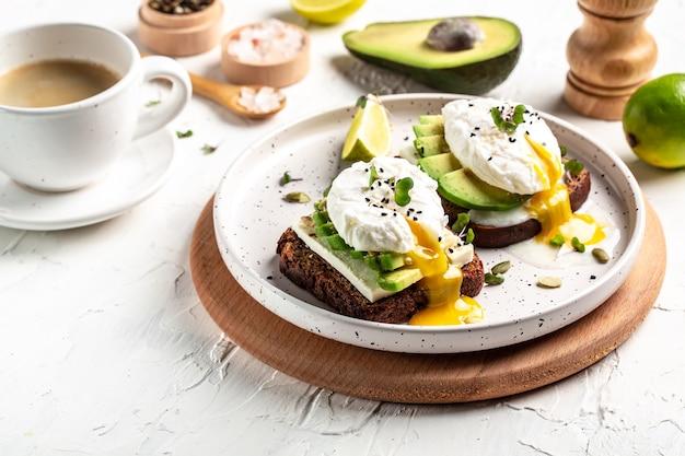 Panino con avocado e uovo in camicia