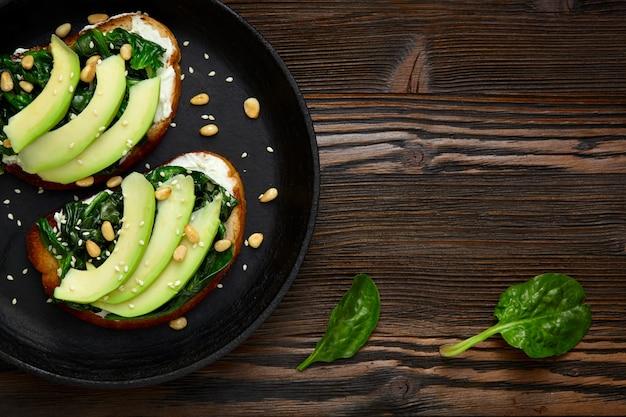 Panino con avocado e spinaci