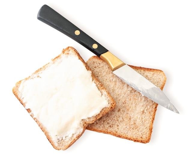 Panino con crema di formaggio e coltello close-up su uno sfondo bianco isolato. la vista dall'alto