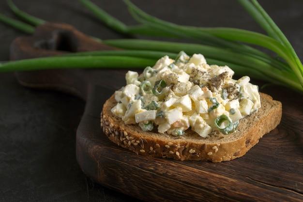 Panino con insalata di uova su pane integrale. avvicinamento