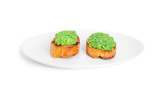 Panino con guacamole isolato. bruschette con avocado. colazione salutare