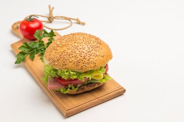 Panino con prosciutto, formaggio e lattuga su uno sfondo bianco