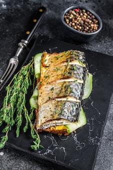Panino con pesce sgombro, cetriolo e senape. vista dall'alto.