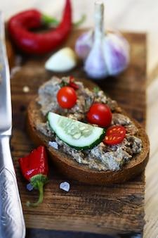 Panino con patè su una tavola di legno