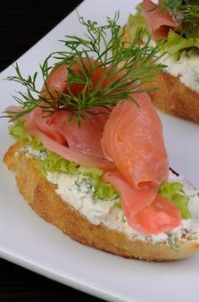 Panino con ricotta, zenzero sott'aceto e una fetta di salmone salato