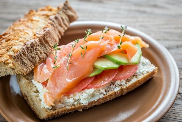 Panino con salmone, avocado e pomodori