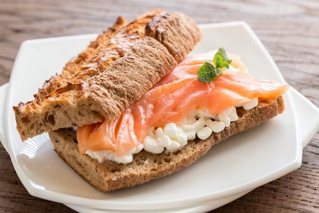 Panino con salmone e formaggio