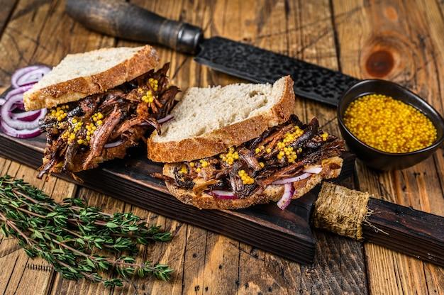 Panino con carne di maiale stirata affumicata lentamente su pane bianco