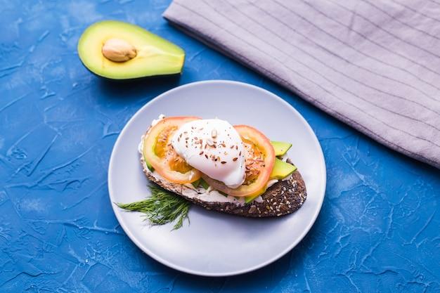 Panino con salmone affumicato, uova e avocado