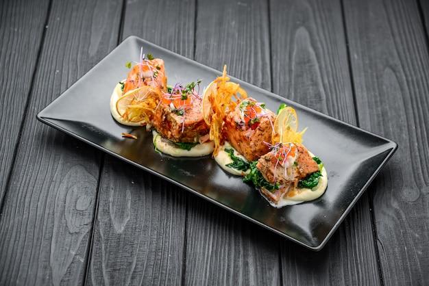 Panino con salmone affumicato, pomodoro e prezzemolo. concetto per una sana alimentazione.