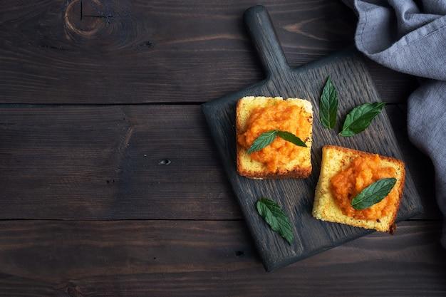 Panino con pane tostato e caviale di zucchine.