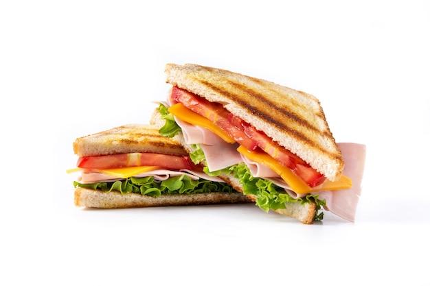 Panino con pomodoro, lattuga, prosciutto e formaggio isolati su sfondo bianco.