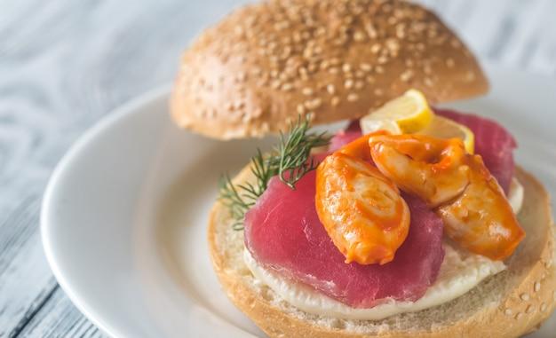 Panino con tonno, chele di granchio e mozzarella