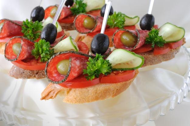 Panini tartine di salame con olive