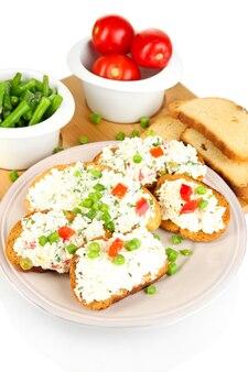 Panini con ricotta e verdure sul piatto isolato su bianco