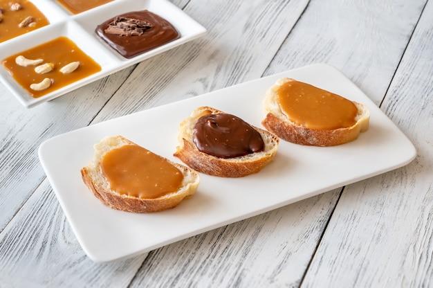 Panini con diversi tipi di caramello sul piatto di portata