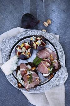 Panini con carne, gorgonzola e fichi