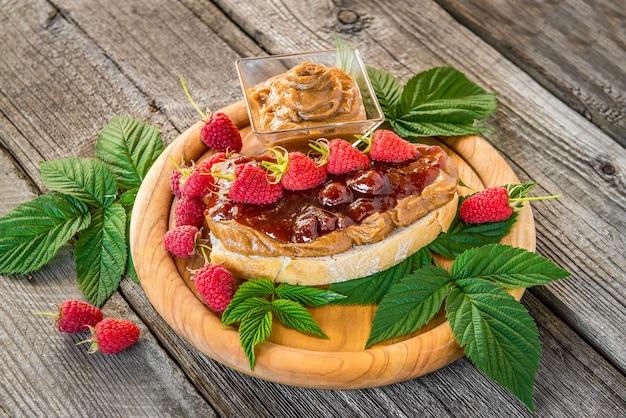 Panini con burro di arachidi, marmellata e frutta fresca