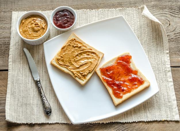 Panini con burro di arachidi e gelatina di fragole