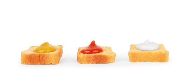 Panini con salse su fondo bianco piccoli pezzi di pane al pomodoro