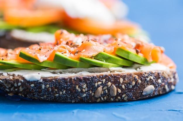 Panini con salmone affumicato e avocado sul blu