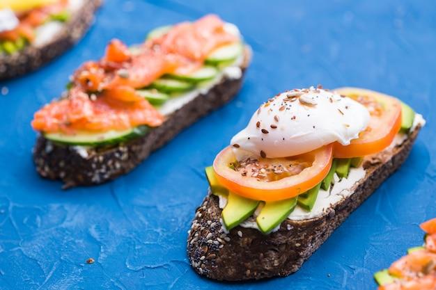 Panini con salmone affumicato e avocado