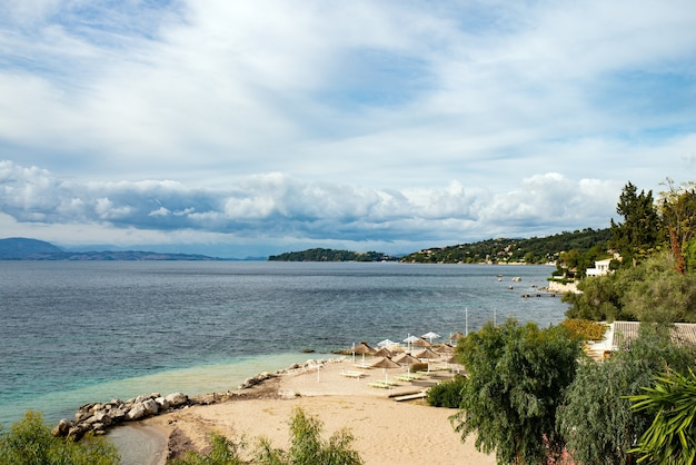 Spiaggia di sabbia sull'isola di corfù, grecia.