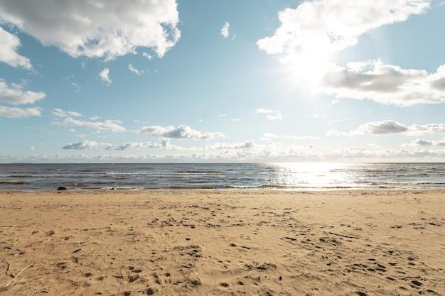 Spiaggia sabbiosa del golfo finlandese all'inizio dell'autunno.