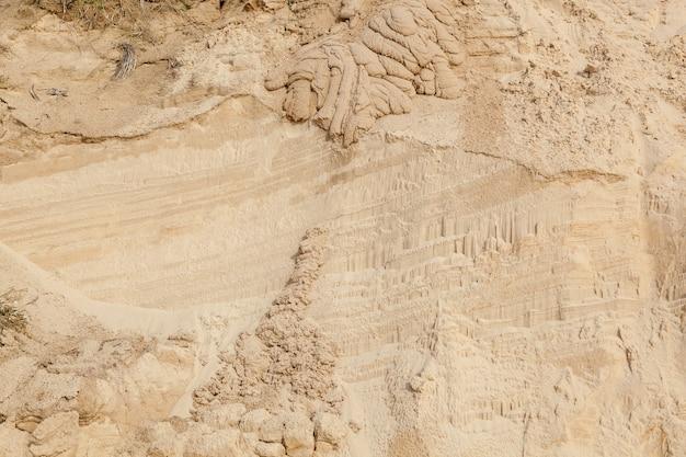 Spiaggia di sabbia con motivi dai corsi d'acqua. la consistenza della superficie sabbiosa dopo la pioggia.