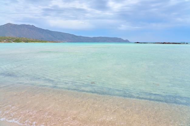 Una spiaggia sabbiosa di elafonissi sull'isola di creta con acque turchesi.