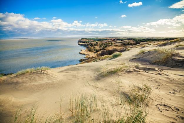Sandy grey dunes al curonian spit a nida, neringa, lituania