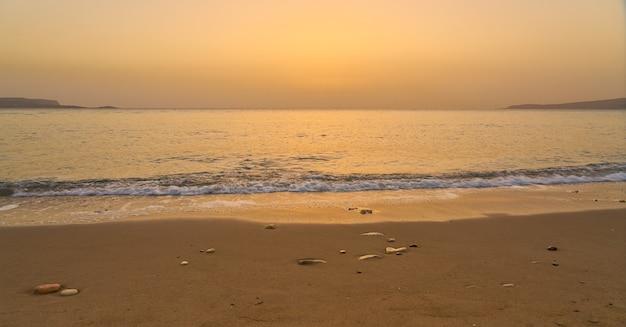 Spiaggia tropicale di sabbia all'alba a creta.