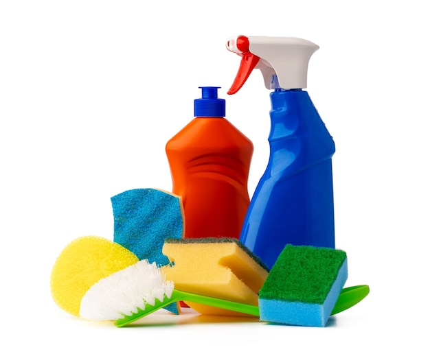 Articoli sanitari per la pulizia della casa isolati su sfondo bianco