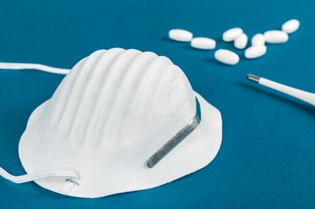 Mascherina sanitaria, pillole e termometro per prevenire una malattia come il coronavirus