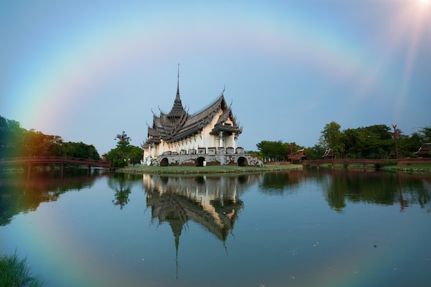 Palazzo di sanphet prasat, città antica, bangkok tailandia. arcobaleno sul cielo