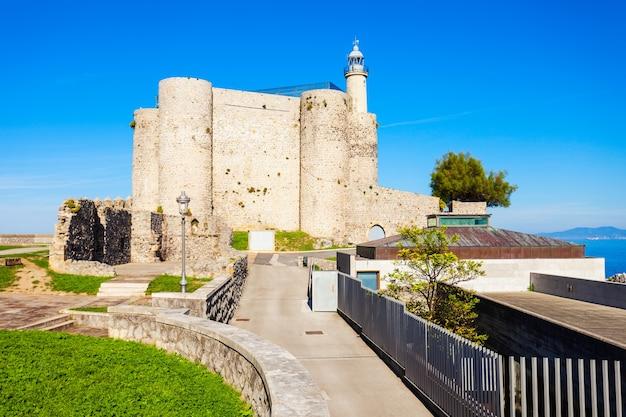 Castello di santa ana o castillo de santa ana e faro in castro urdiales, piccola città nella regione della cantabria nel nord della spagna