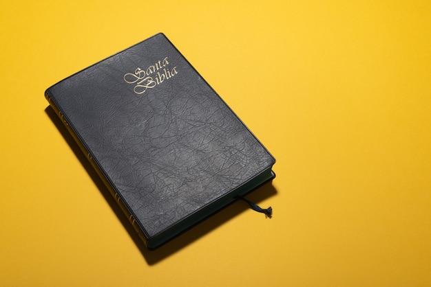 Santa biblia o sacra bibbia in spagnolo su giallo