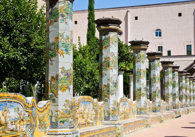 Santa chiara è un complesso religioso a napoli, nel sud italia, che comprende la chiesa di santa chiara e un monastero