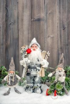 Babbo natale e bambini felici nella neve. decorazione natalizia. immagine tonica in stile vintage