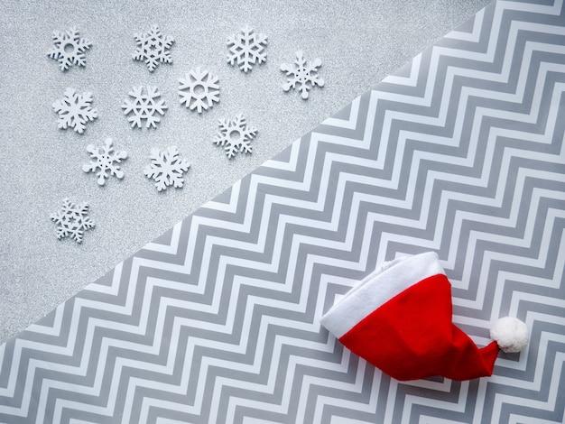 Sfondo del cappello di babbo natale con linee geometriche e fiocchi di neve. decorazioni di natale e capodanno.
